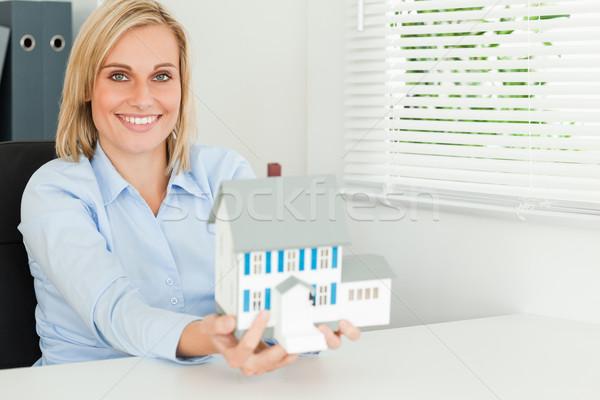 Káprázatos üzletasszony bemutat modell ház néz Stock fotó © wavebreak_media
