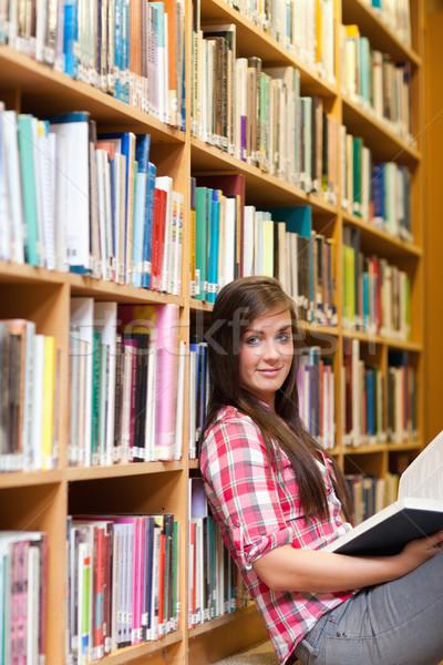 Porträt jungen weiblichen Studenten halten Buch Stock foto © wavebreak_media