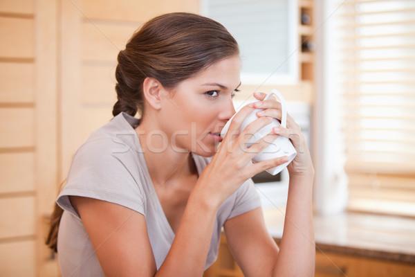 Stok fotoğraf: Yandan · görünüş · genç · kadın · kahve · ev · fincan