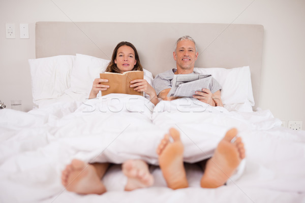 человека чтение газета жена книга спальня Сток-фото © wavebreak_media