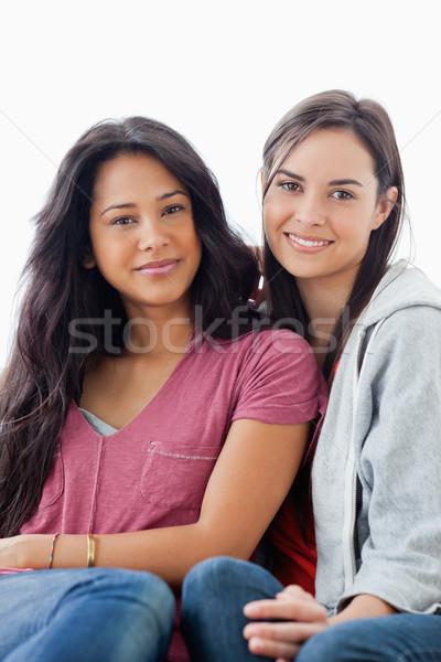 Demi-longueur coup deux femmes canapé regarder caméra Photo stock © wavebreak_media