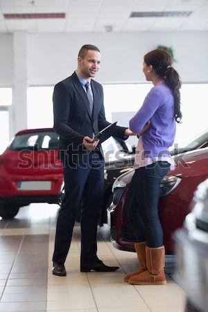 улыбаясь продавцом рукопожатие женщину автомобилей магазин Сток-фото © wavebreak_media