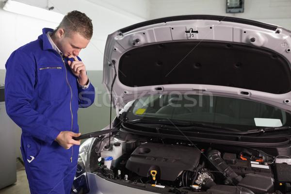 концентрированный механиком глядя гаража автомобилей Сток-фото © wavebreak_media