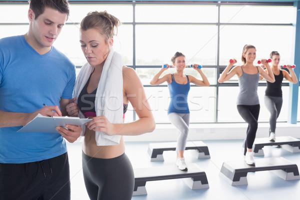 Mujeres aerobic entrenador hablar mujer gimnasio Foto stock © wavebreak_media