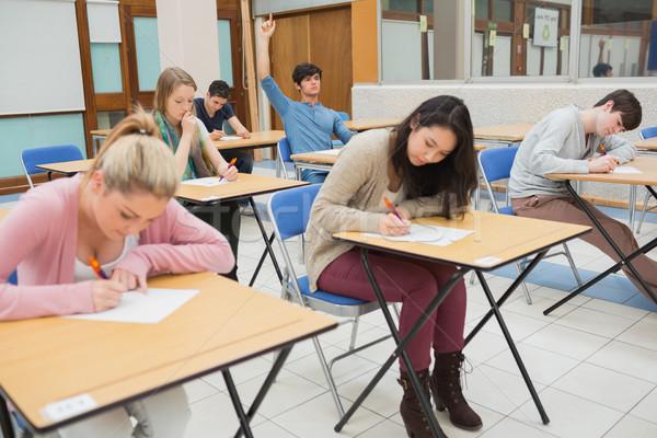 Öğrenciler oturma sınıf öğrenci el sormak Stok fotoğraf © wavebreak_media