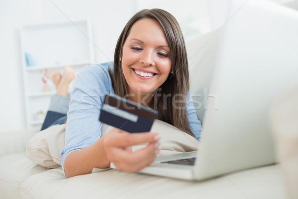 Foto d'archivio: Donna · shopping · online · divano · donna · sorridente · sorridere