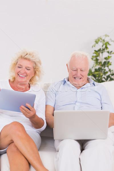 стариков используя ноутбук таблетка диван компьютер женщину Сток-фото © wavebreak_media