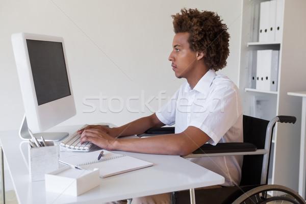 Toevallig gericht zakenman rolstoel werken bureau Stockfoto © wavebreak_media