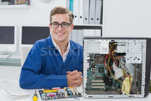 Mosolyog technikus dolgozik törött számítógép iroda Stock fotó © wavebreak_media