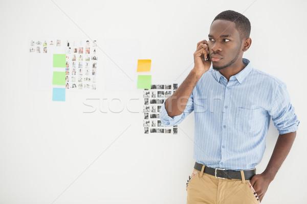 Odaklı gündelik işadamı telefon ofis duvar Stok fotoğraf © wavebreak_media