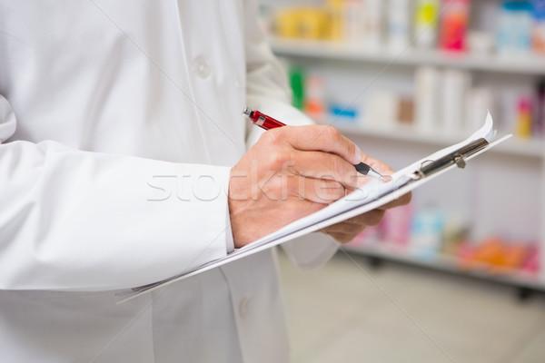Pharmacien écrit presse-papiers pharmacie médicaux Photo stock © wavebreak_media