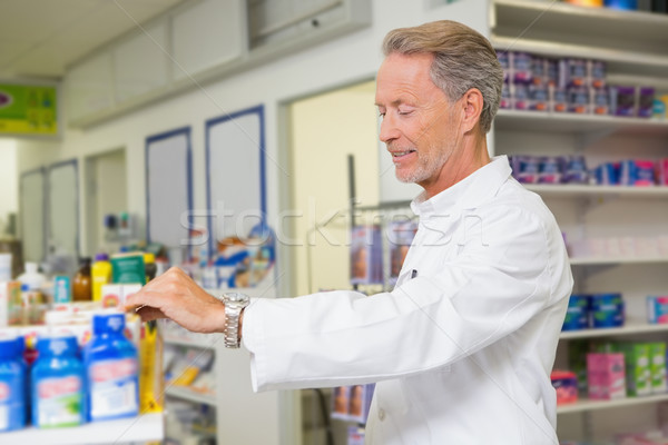 Senior apotheker naar geneeskunde apotheek man Stockfoto © wavebreak_media
