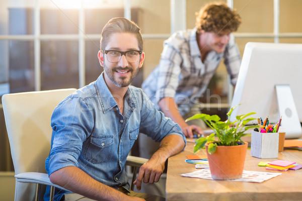 Foto stock: Casual · empresário · sorridente · câmera · escritório · computador