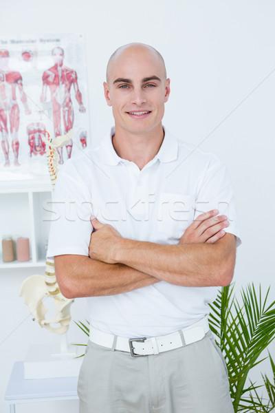 Feliz médico mirando cámara los brazos cruzados médicos Foto stock © wavebreak_media