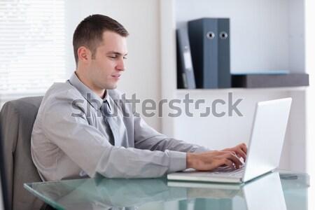 Grave empresario escribiendo ordenador oficina hombre Foto stock © wavebreak_media