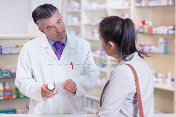 фармацевт бутылку наркотики говорить клиентов Сток-фото © wavebreak_media
