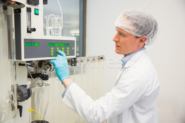 Farmaceuta maszyn muzyka laboratorium technologii Zdjęcia stock © wavebreak_media
