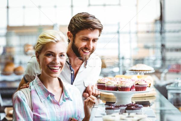 Cute couple date regarder gâteaux boulangerie Photo stock © wavebreak_media