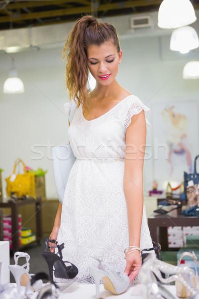 Glimlachende vrouw naar sandalen schoen winkel gelukkig Stockfoto © wavebreak_media