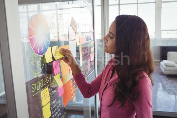 女性 デザイナー 接着剤 注記 ガラス 創造 ストックフォト © wavebreak_media