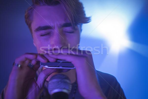 Mannelijke muzikant spelen mond orgel verlicht Stockfoto © wavebreak_media