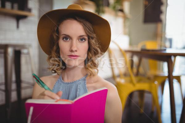 Portret młoda kobieta różowy mleczarnia kawiarnia Zdjęcia stock © wavebreak_media