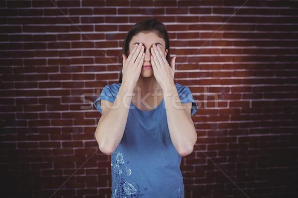 Dość brunetka ręce oczy czerwony cegły Zdjęcia stock © wavebreak_media
