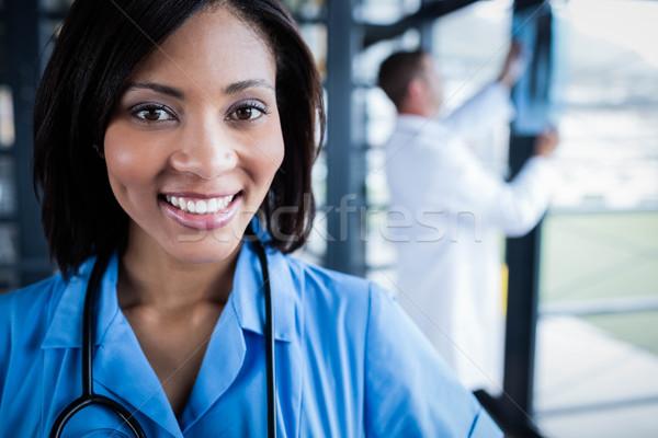 Verpleegkundige glimlachend camera ziekenhuis man gelukkig Stockfoto © wavebreak_media