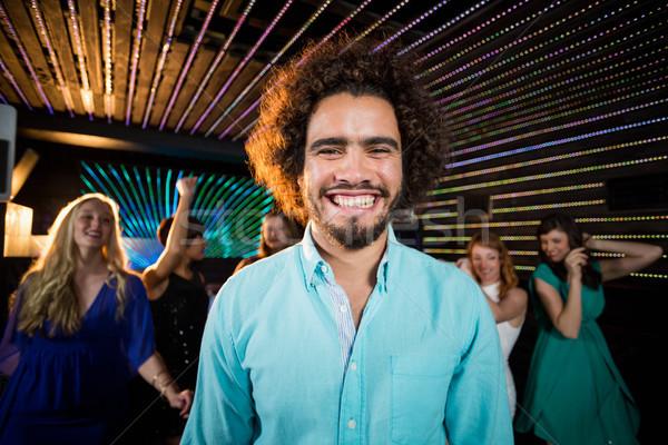 Souriant homme permanent piste de danse portrait amis Photo stock © wavebreak_media