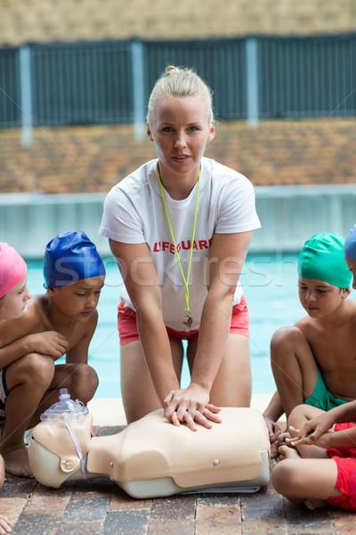 Badmeester kinderen redding opleiding vrouw meisje Stockfoto © wavebreak_media