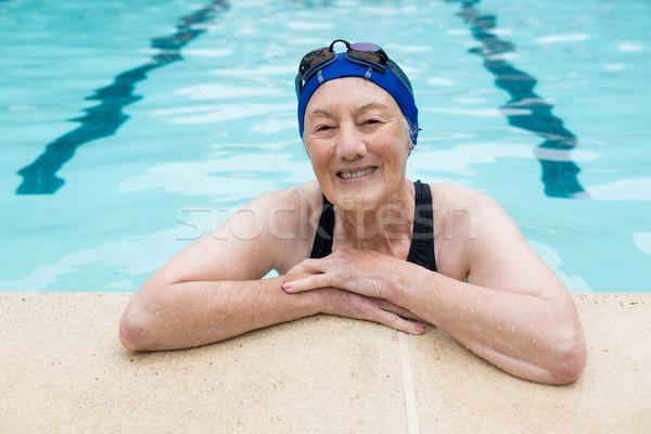 Mosolyog idős nő áll úszómedence utazás Stock fotó © wavebreak_media