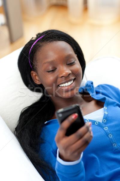 Boldog nő küldés szöveg kanapé nappali Stock fotó © wavebreak_media