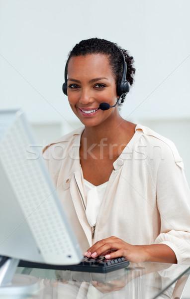 Stockfoto: Zakenvrouw · hoofdtelefoon · werken · computer · kantoor