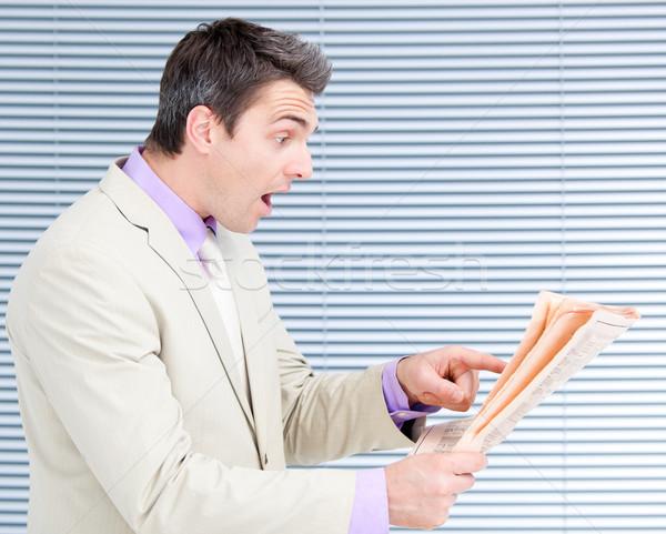 Verwonderd zakenman lezing krant kantoor nieuws Stockfoto © wavebreak_media