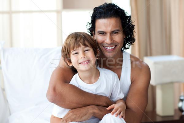 Gondoskodó apa ölel fiú otthon család Stock fotó © wavebreak_media