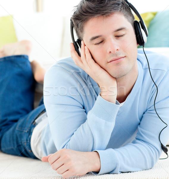 Man vloer luisteren naar muziek hoofdtelefoon Stockfoto © wavebreak_media