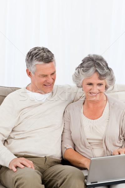 Aposentados amantes olhando laptop mulher casa Foto stock © wavebreak_media