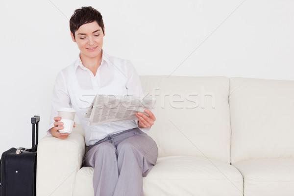 Stok fotoğraf: Mutlu · kadın · bavul · gazete · fincan · bekleme · odası