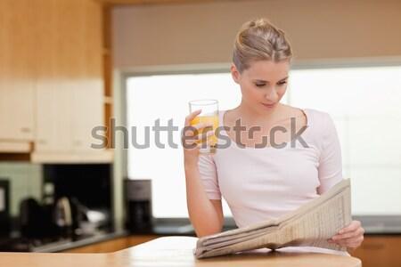 Nő olvas hírek kávé konyha boldog Stock fotó © wavebreak_media