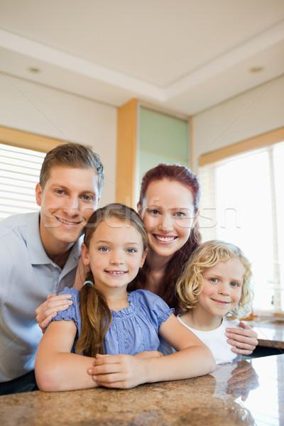 Feliz sorridente família em pé atrás balcão da cozinha Foto stock © wavebreak_media