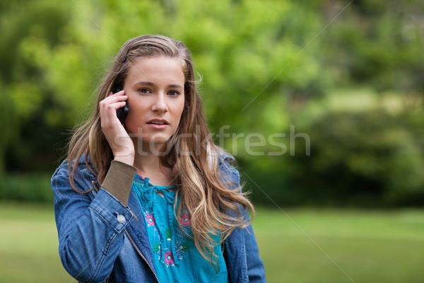 小さな 深刻 女性 話し 電話 立って ストックフォト © wavebreak_media