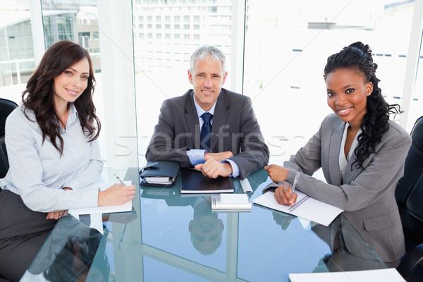 Diretor sorridente sessão secretária janela dois Foto stock © wavebreak_media
