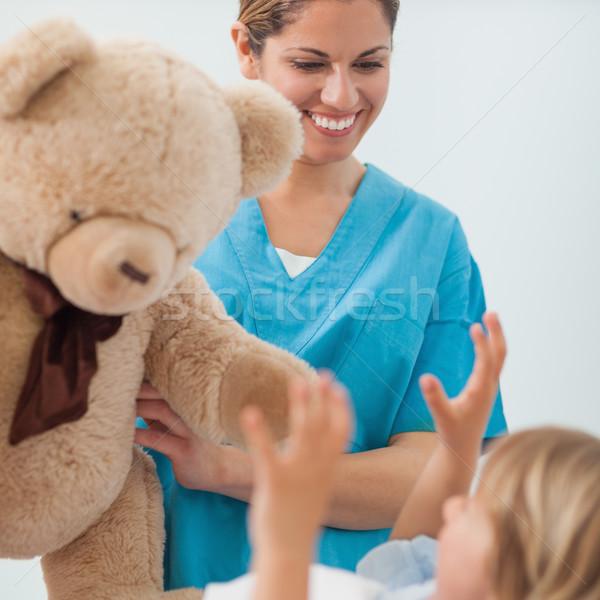 Glimlachend verpleegkundige teddybeer ziekenhuis medische Stockfoto © wavebreak_media
