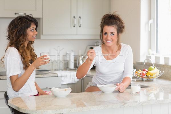 Twee vrienden eten kommen granen permanente Stockfoto © wavebreak_media