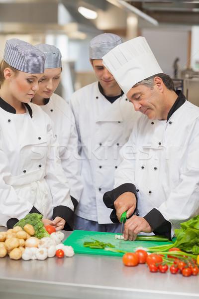 Kucharz nauczania cięcie warzyw trzy kuchnia Zdjęcia stock © wavebreak_media