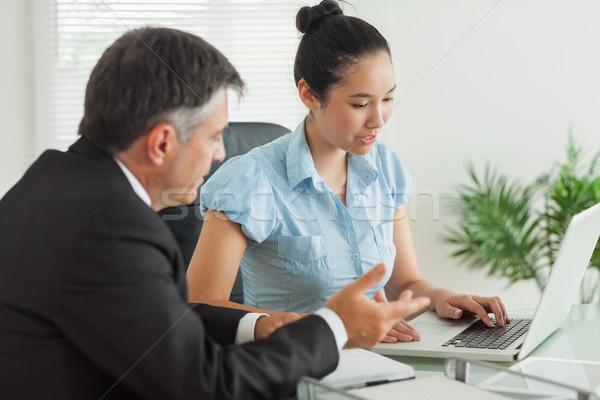 Stock fotó: üzletemberek · magyaráz · valami · egyéb · laptop · iroda