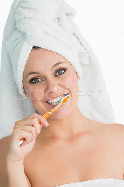 Femme souriante cheveux serviette lavage dents blanche Photo stock © wavebreak_media