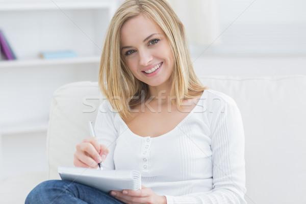 Mulher jovem bloco de notas caneta casa retrato feliz Foto stock © wavebreak_media