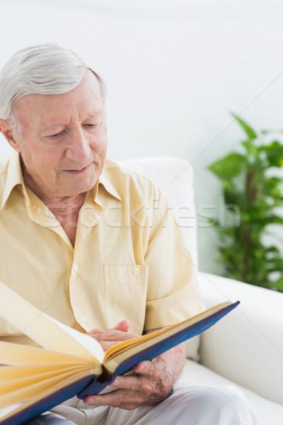 Yaşlı adam izlerken resimleri kanepe ev Stok fotoğraf © wavebreak_media