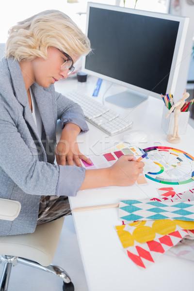 Decorador de interiores mirando color gráficos escritorio rueda Foto stock © wavebreak_media